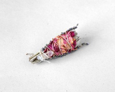 Bâton de sauge blanche, pétales de rose & quartz
