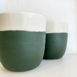 gobelet en grès Jardins de Maguelone couleur cresson, Jars céramistes, Lodge boutique