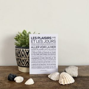 carte inspirante Les plaisirs et les jours, les mots à l'affiche, lodge boutique