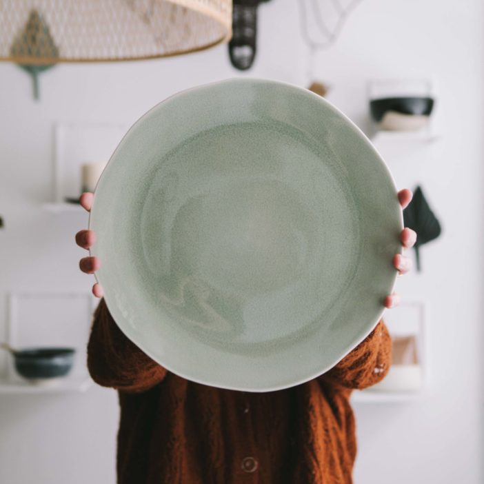 plat ronde, grande assiette Maguelone cachemire, Jars céramistes, lodge boutique