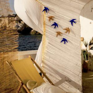 hirondelle volage monochromic terracotta et bleu outremer, lodge boutique