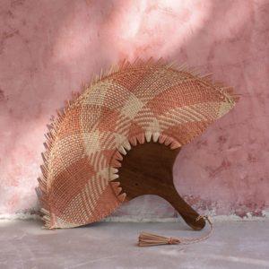 éventail mexicain en palme tressée rose et naturel, lodge boutique